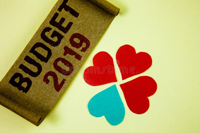 Note d'écriture montrant le budget 2019 Photos d'affaires présentant l'évaluation de nouvelle année des revenus et du plan financ photo stock