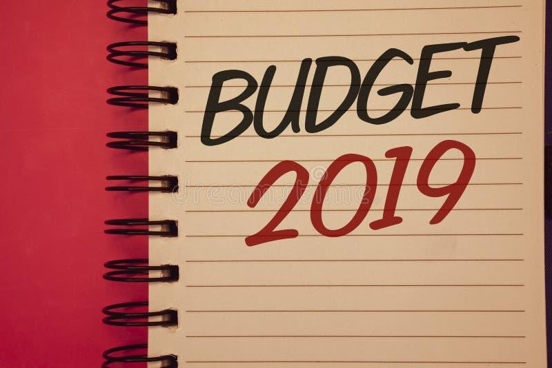 Note d'écriture montrant le budget 2019 Photos d'affaires présentant l'évaluation de nouvelle année des revenus et de l'idée fina image stock