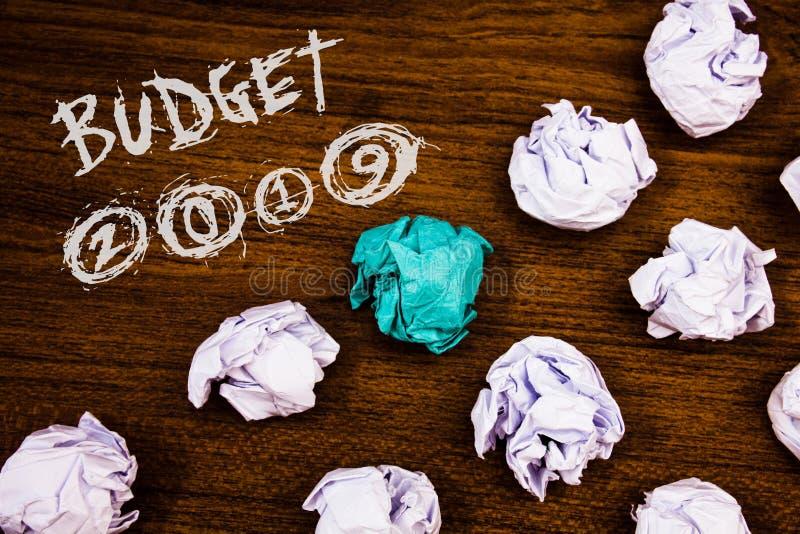 Note d'écriture montrant le budget 2019 Photos d'affaires présentant l'évaluation de nouvelle année des revenus et des mots finan photos libres de droits