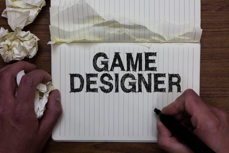 Note d'écriture montrant le concepteur de jeu Prise Scripting de présentation d'homme de graphiques des consoles de programmeurs  images libres de droits