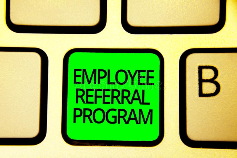 Note d'écriture montrant le programme de référence des employés Les employés de présentation de photo d'affaires recommandent le  illustration libre de droits