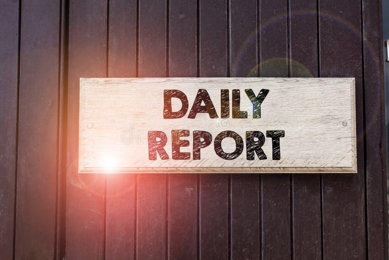 Note d'écriture montrant le rapport quotidien Photo d'entreprise présentant un document contenant des informations sur les activi image stock