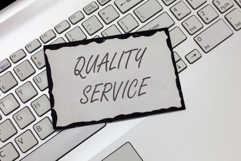 Note d'écriture montrant le service de qualité Photo d'affaires présentant à quel point le service fourni se conforme aux attente photographie stock libre de droits