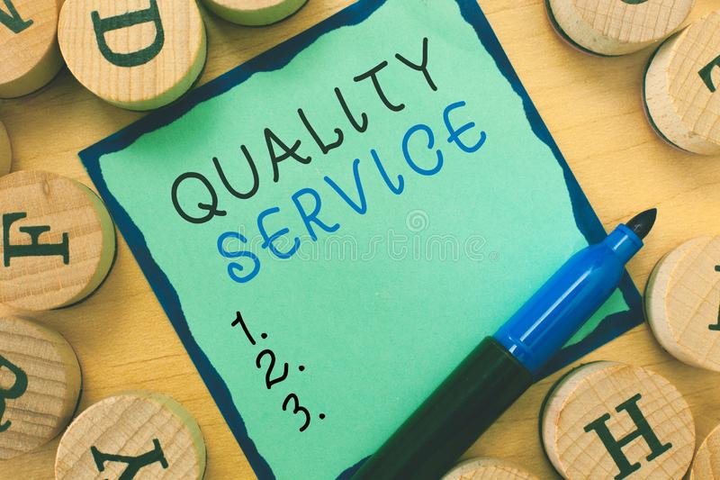 Note d'écriture montrant le service de qualité Photo d'affaires présentant à quel point le service fourni se conforme aux attente images stock
