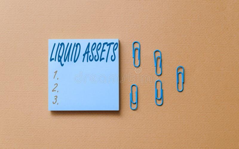 Note d'écriture montrant les actifs liquides Photo de l'entreprise présentant des liquidités et des soldes bancaires Liquidité du photographie stock
