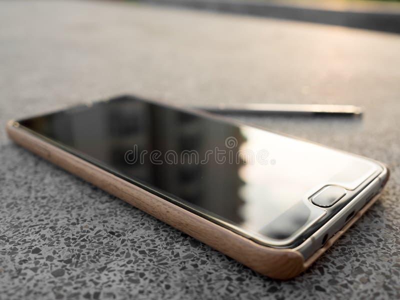 Note 5 de galaxie de Samsung sur la table photographie stock libre de droits