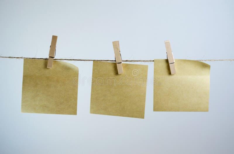 Note de papier sur une corde images stock
