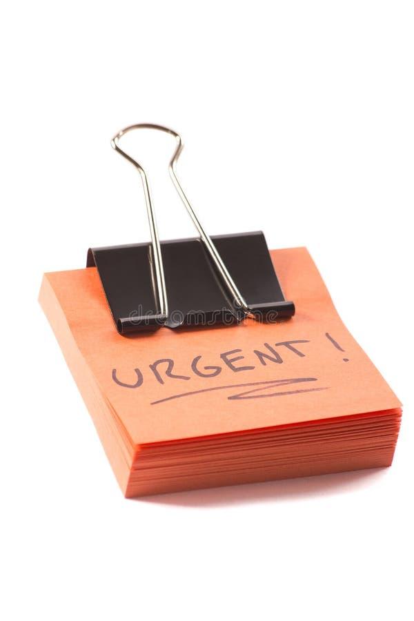Note de post-it avec l'agrafe et message urgent sur le fond blanc photos libres de droits