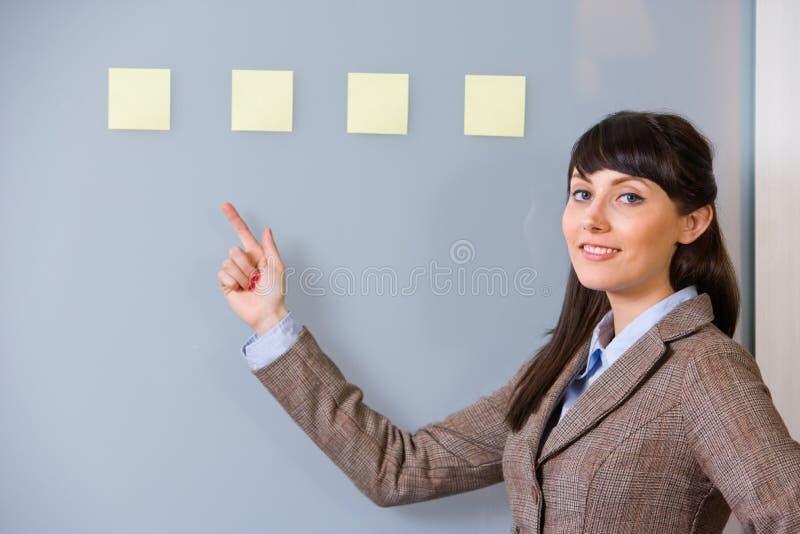 Note de post-it de femme d'affaires image stock