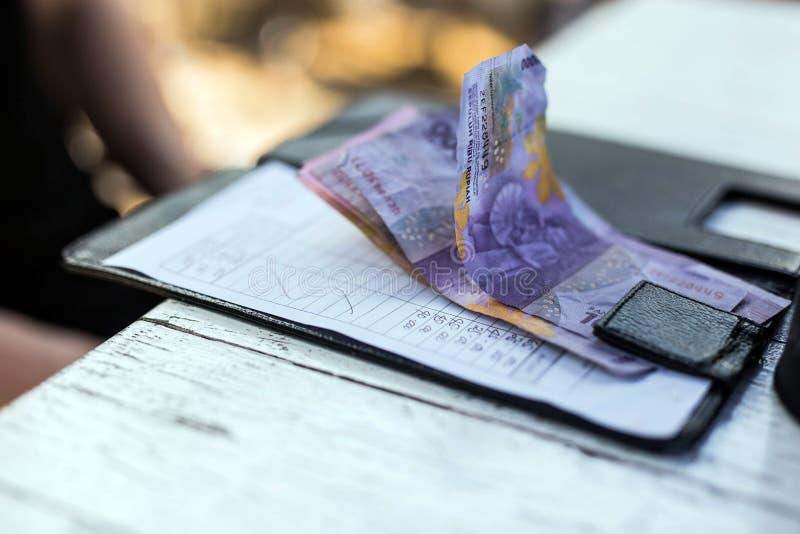 Note de restaurant avec de l'argent sur le plateau de paiement sur la table, l'argent est de la roupie photo libre de droits