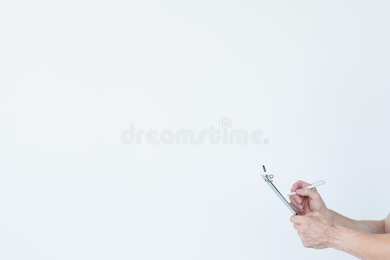 Note della lavagna per appunti della mano dell'uomo di mass media di giornalismo fotografie stock