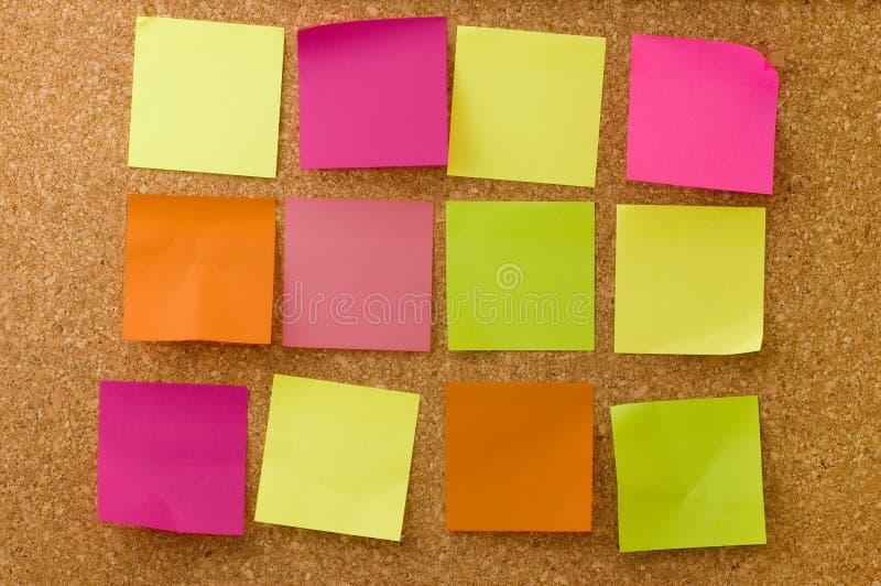 Note di colore sul corkboard immagini stock