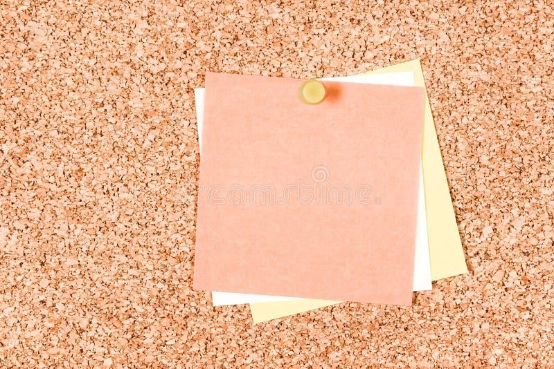 Note di Post-it in bianco su un pannello di sughero immagini stock
