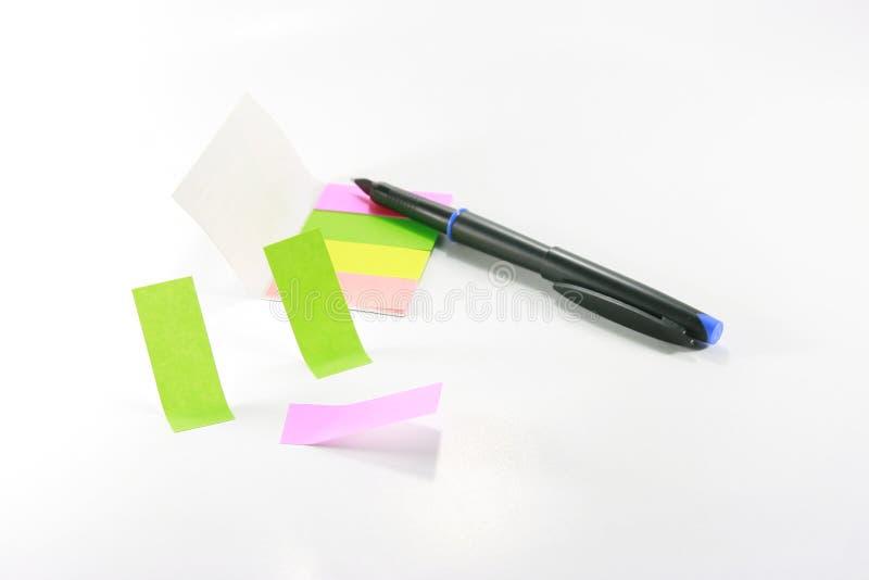 Note e penna appiccicose colorate fotografie stock libere da diritti