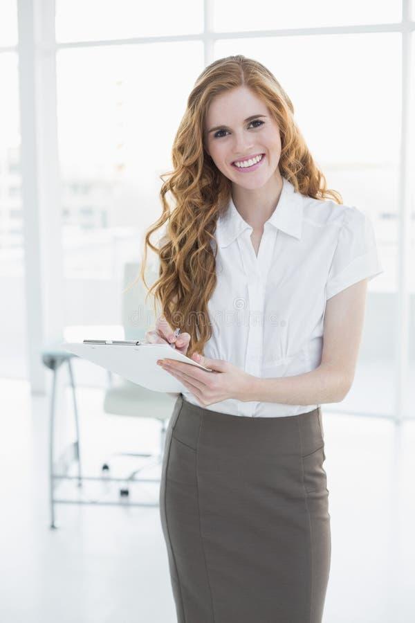 Note eleganti di scrittura della donna di affari in ufficio immagini stock libere da diritti