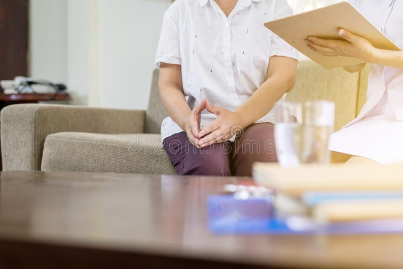 Note et consultation professionnelles d'écriture de psychologue à la patiente supérieure de femme, à la prévention de suicide, à  photographie stock libre de droits