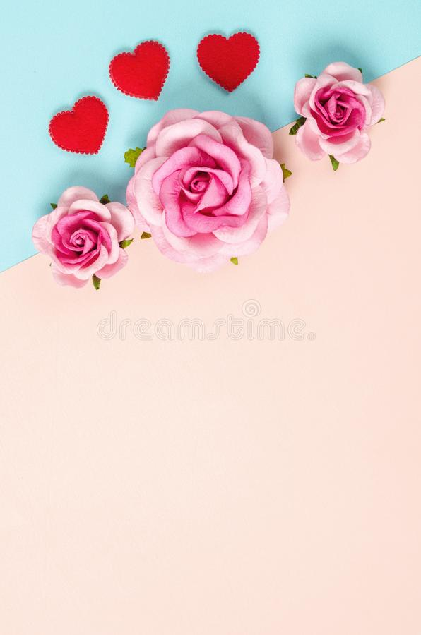 Note et roses de papier blanc images stock