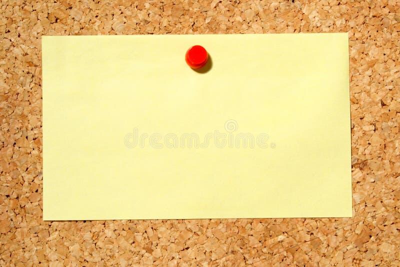 Note jaune sur un panneau d'affichage photographie stock libre de droits
