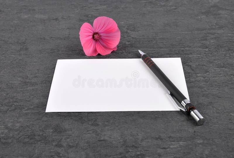 Note, stylo et mauve sur l'ardoise images stock