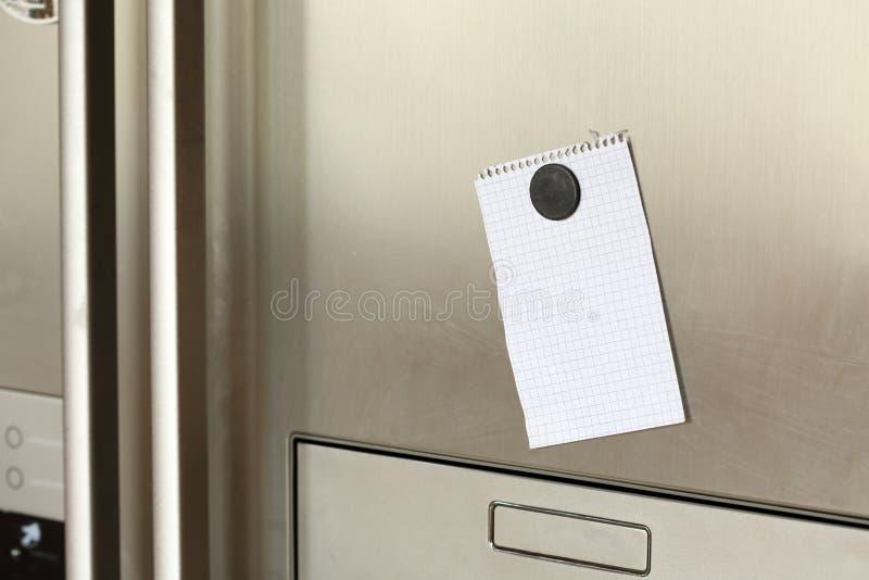 Note sur le réfrigérateur image stock