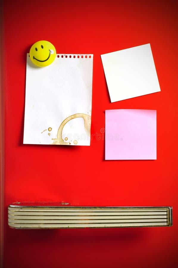Note vide sur la porte de réfrigérateur d'années '50 photos libres de droits