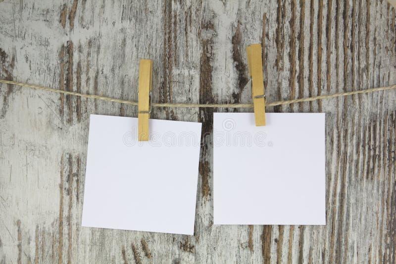 Note vuote che appendono con una molletta da bucato fotografie stock