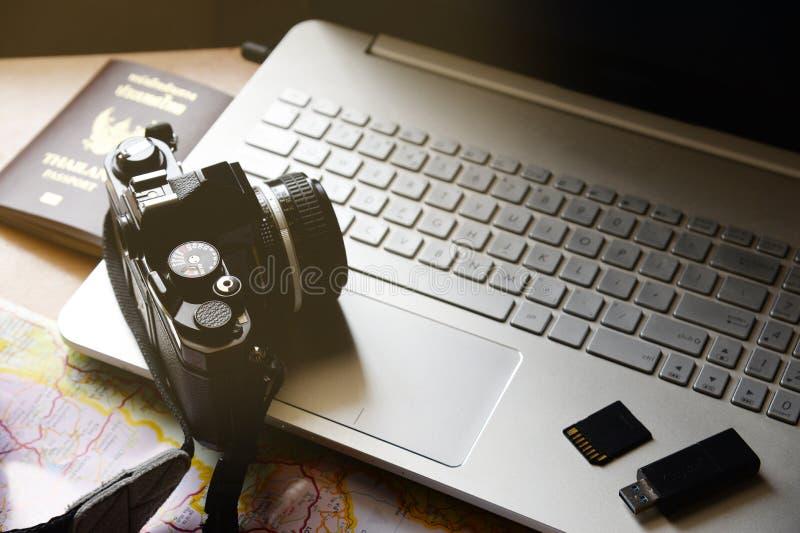 Noteboo do mapa de armazenamento da movimentação do flash da câmera do passaporte do conceito das férias fotografia de stock royalty free