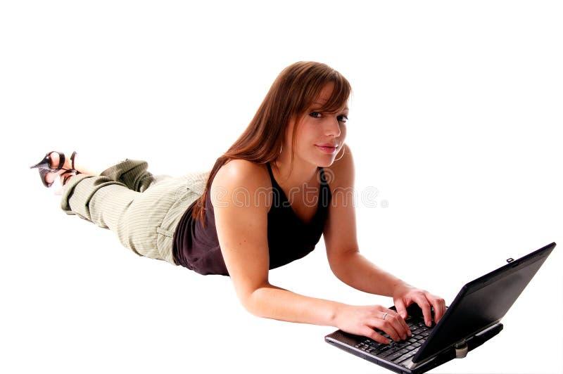 Notebook-Computer-Mädchen lizenzfreies stockbild