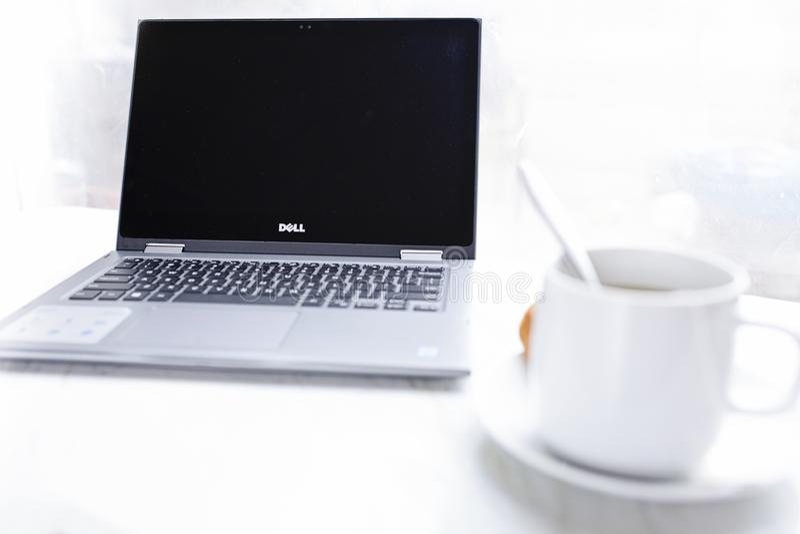 Notebook Dell davanti alla tazza di caffè fotografia stock libera da diritti