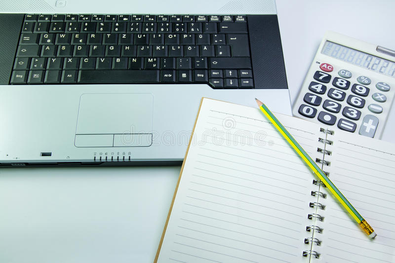 Notebook na biurku kalkulatorzy fotografia royalty free