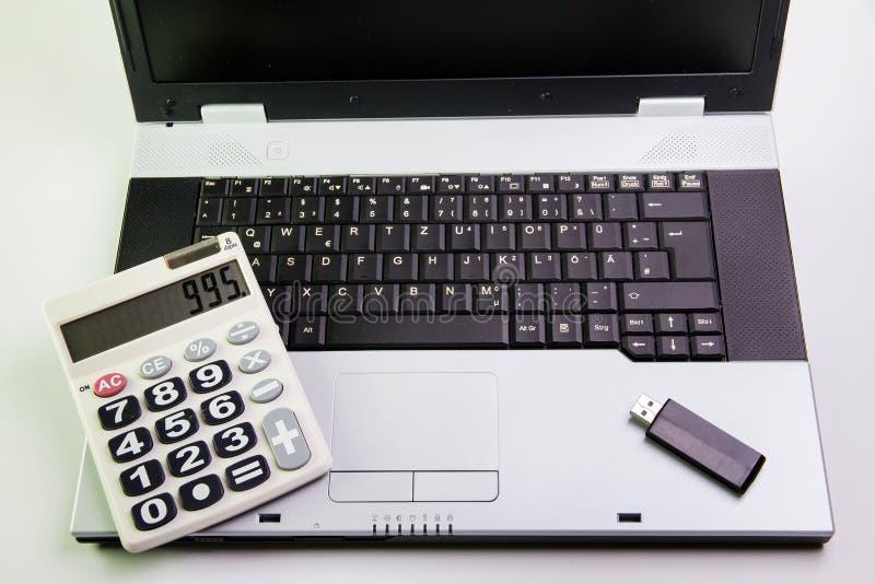 Notebook na biurku Kalkulatorzy, USB błysku przejażdżki kij zdjęcie royalty free