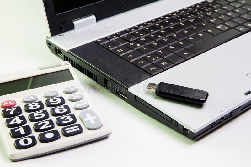 Notebook na biurku Kalkulatorzy, USB błysku przejażdżki kij obrazy stock