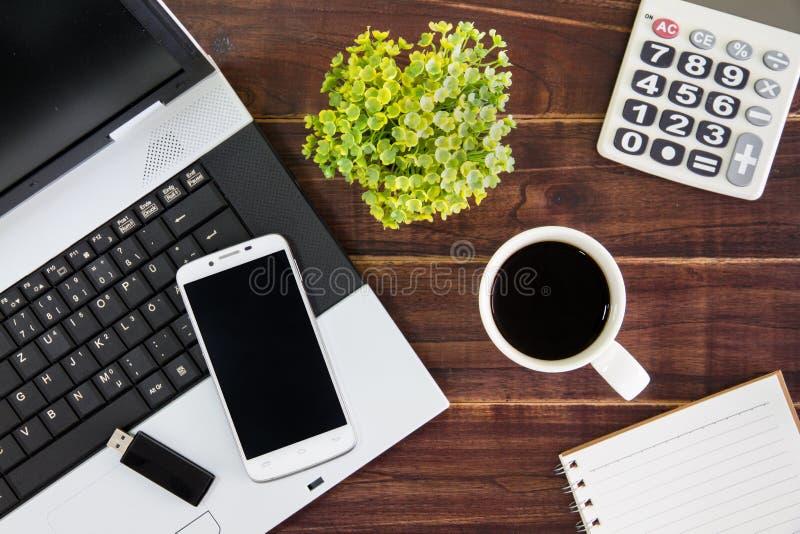 Notebook na biurku Kalkulatorzy, USB błysku przejażdżki kij, fotografia royalty free
