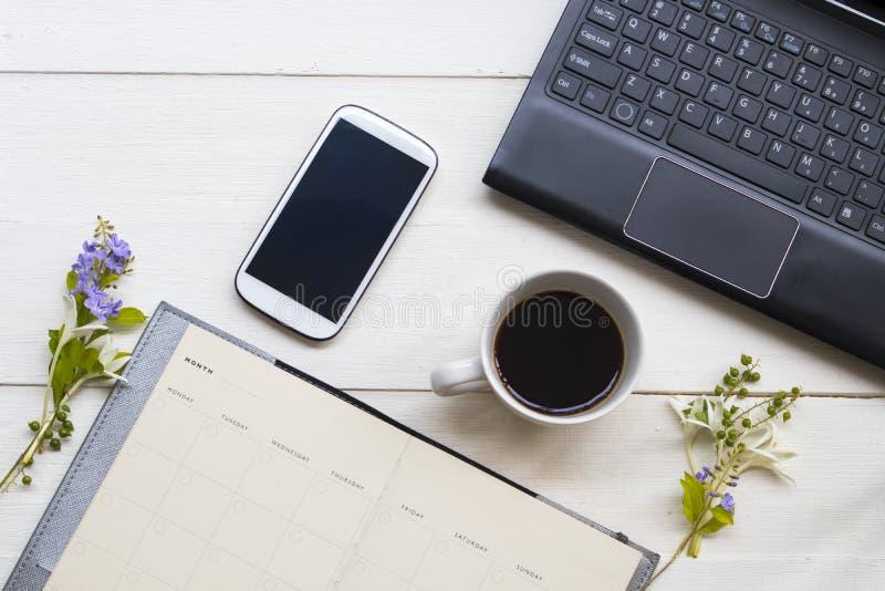 Notebook planner ,computer ,telefono cellulare per ufficio con caffè caldo espresso in stile di vita fotografie stock