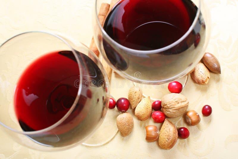 Noten, Amerikaanse veenbessen en rode wijn royalty-vrije stock afbeelding