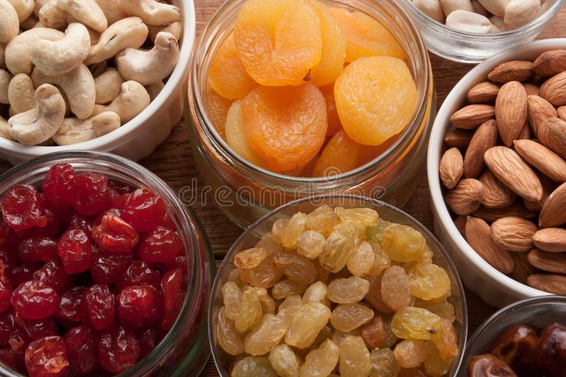 Noten en droge vruchten assortiment in kruiken en kommen royalty-vrije stock afbeelding