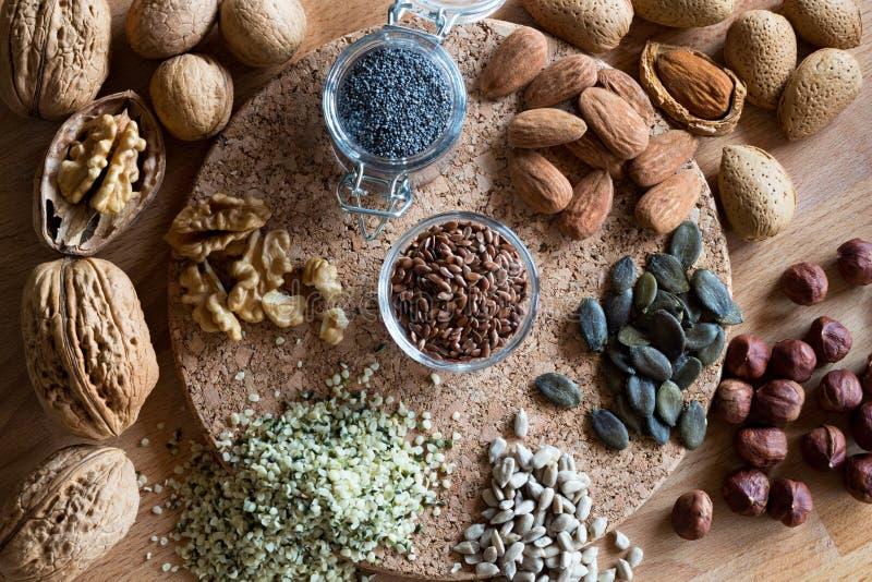 Noten en zaden - okkernoten, amandelen, lijnzaad, hazelnoten, hennep, stock foto's