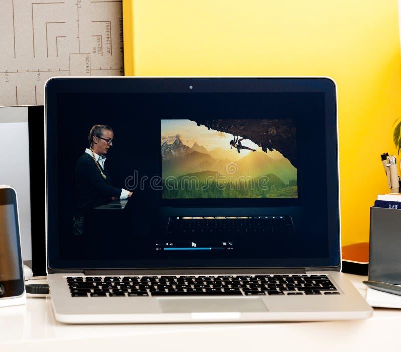 NOTEN-Stangendarstellung bradee Evans-photoshop Macbook oled Pro lizenzfreies stockfoto