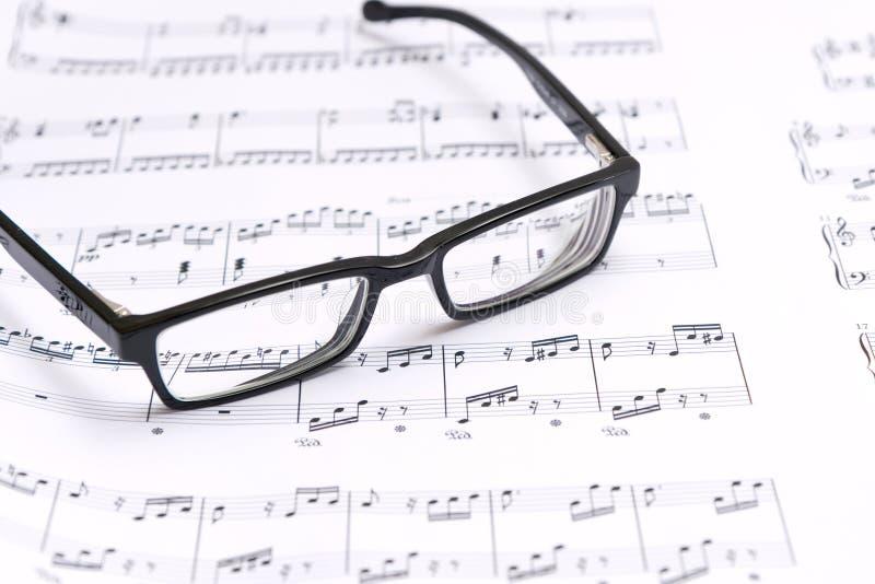 Noten und Gläser lizenzfreies stockbild
