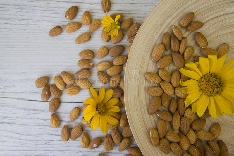 Notenamandelen met zonnebloemen stock afbeeldingen