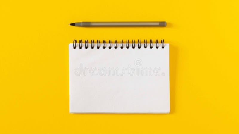 Notepad auf gelbem Hintergrund lizenzfreies stockfoto