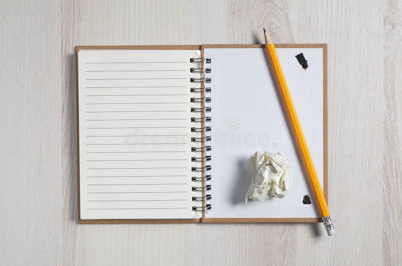 Notepad, blyertspenna och papper arkivbild