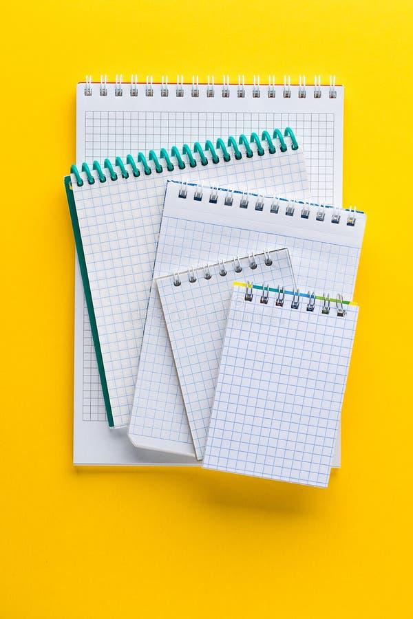 Notepad dla pisać na żółtym tle fotografia stock