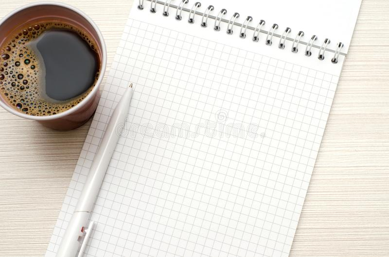 Notepad dla teksta Biały pióro, filiżanka kawy obraz royalty free