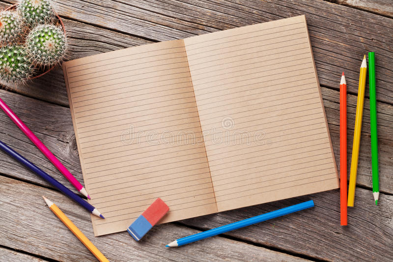 Notepad för din text och färgrika tillförsel över trä royaltyfria foton