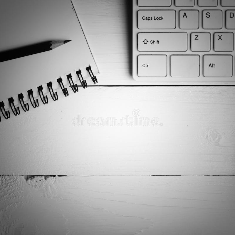 Notepad i komputerowy czarny i biały koloru styl zdjęcie stock
