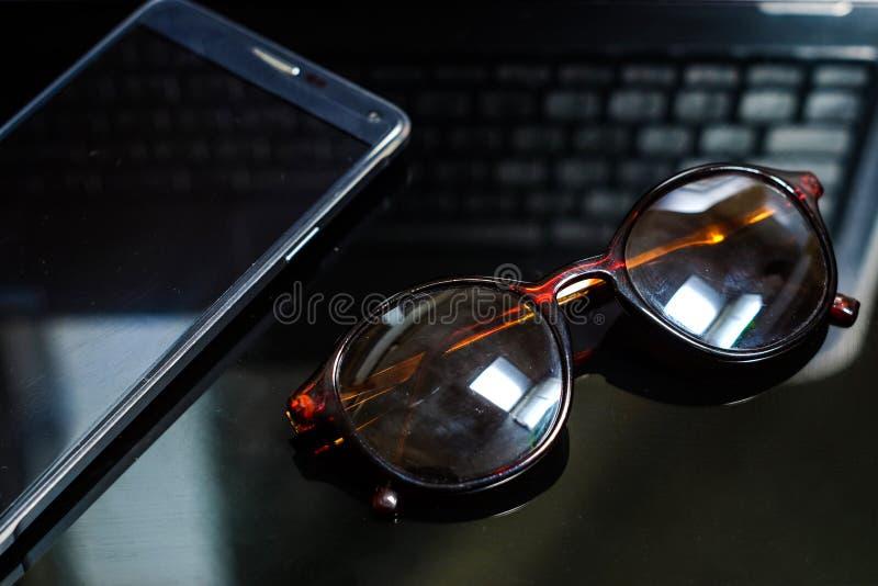 notepad i okulary przeciwsłoneczni obraz royalty free