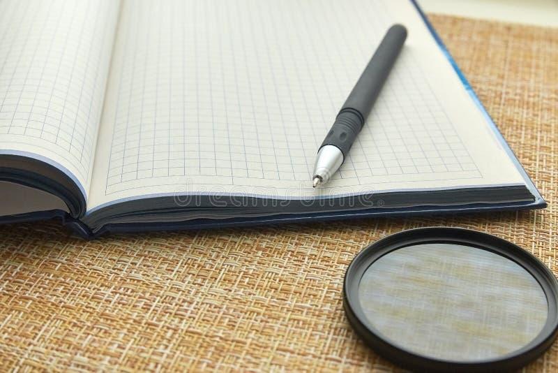 Notepad i pi?ro pusty arkusza papieru Biznes, biuro zdjęcia stock