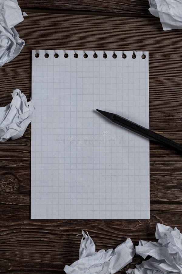 Notepad med blyertspennan och skrynkligt papper royaltyfri fotografi