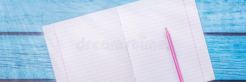 Notepad med blyertspennan p? wood br?debakgrund anv?nda tapeten f?r utbildning, aff?rsfoto Ta anm?rkningen av produkten f?r bok m arkivbilder